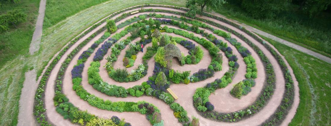 Luftbild vom Lebendigen Labyrinth im Klostergarten